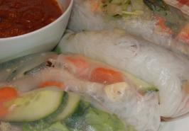 Pork and Shrimp Spring Roll (Goi Cuon) With Peanut Sauce (Nuoc L. Photo by Peter J