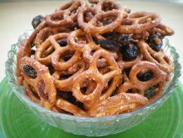 Cinnamon Bun Pretzel Mix. Photo by CoffeeB