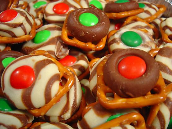 Easy festive chocolate holiday pretzels recipe for Quick and easy christmas dessert recipes