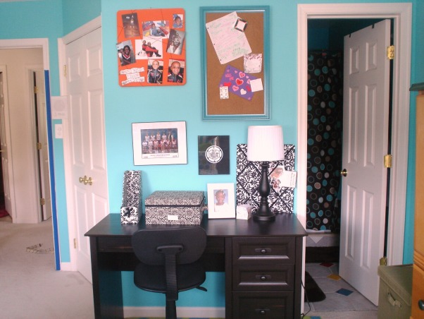 orange and blue paradise, this room is perfect for teen and tween girls, nice desk for anything,homework and more also has nice cork boards and memo boards for pictures. , Bedrooms Design
