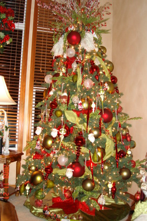 Christmas Home Tour, winter wonderland in master bath, This is our santa theme christmas tree in the livingroom. I loved the santas on the top of the tree., Holidays Design
