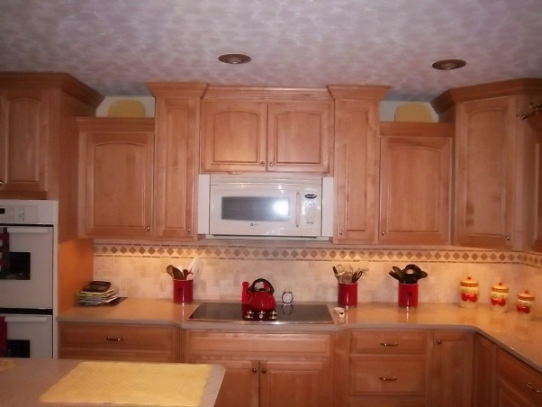 Traditional Maple Kitchen, U-shaped design with a center raised island. Quartz countertops complemented by undercabinet lighting. Natural tumbled stone backsplash with listello accents., Kitchens Design