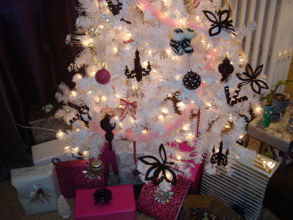 christmas tree, this is a different and contemporary  christmas tree decoration., Living Rooms Design
