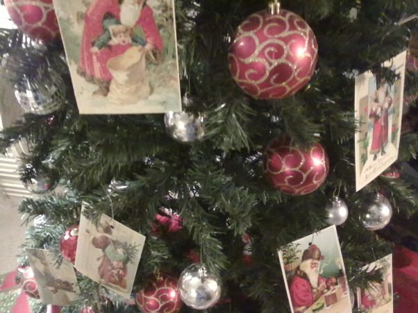 red/white christmas, i used vintage postcards as part of my tree decor.    , Living Rooms Design